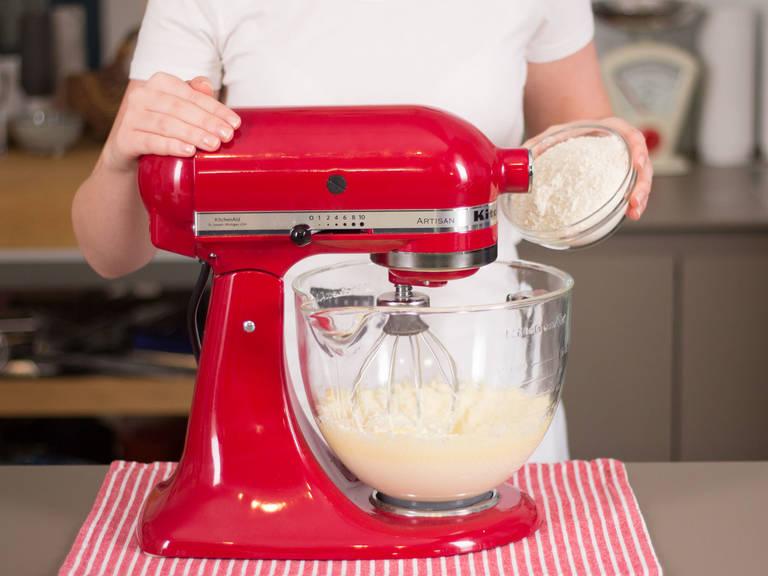 Einen Teil der Butter und des Zuckers in einer Küchenmaschine schaumig schlagen. Eier hinzufügen und gut vermengen. Einen Teil des Mehls und Backpulver hinzugeben. Zu einem glatten Teig schlagen.