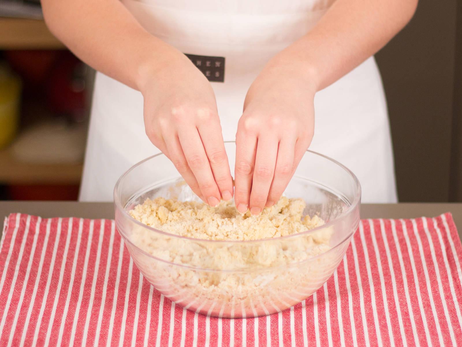 向大碗中加入香草糖、剩余黄油、剩余糖与面粉,用手捏成酥粒状。