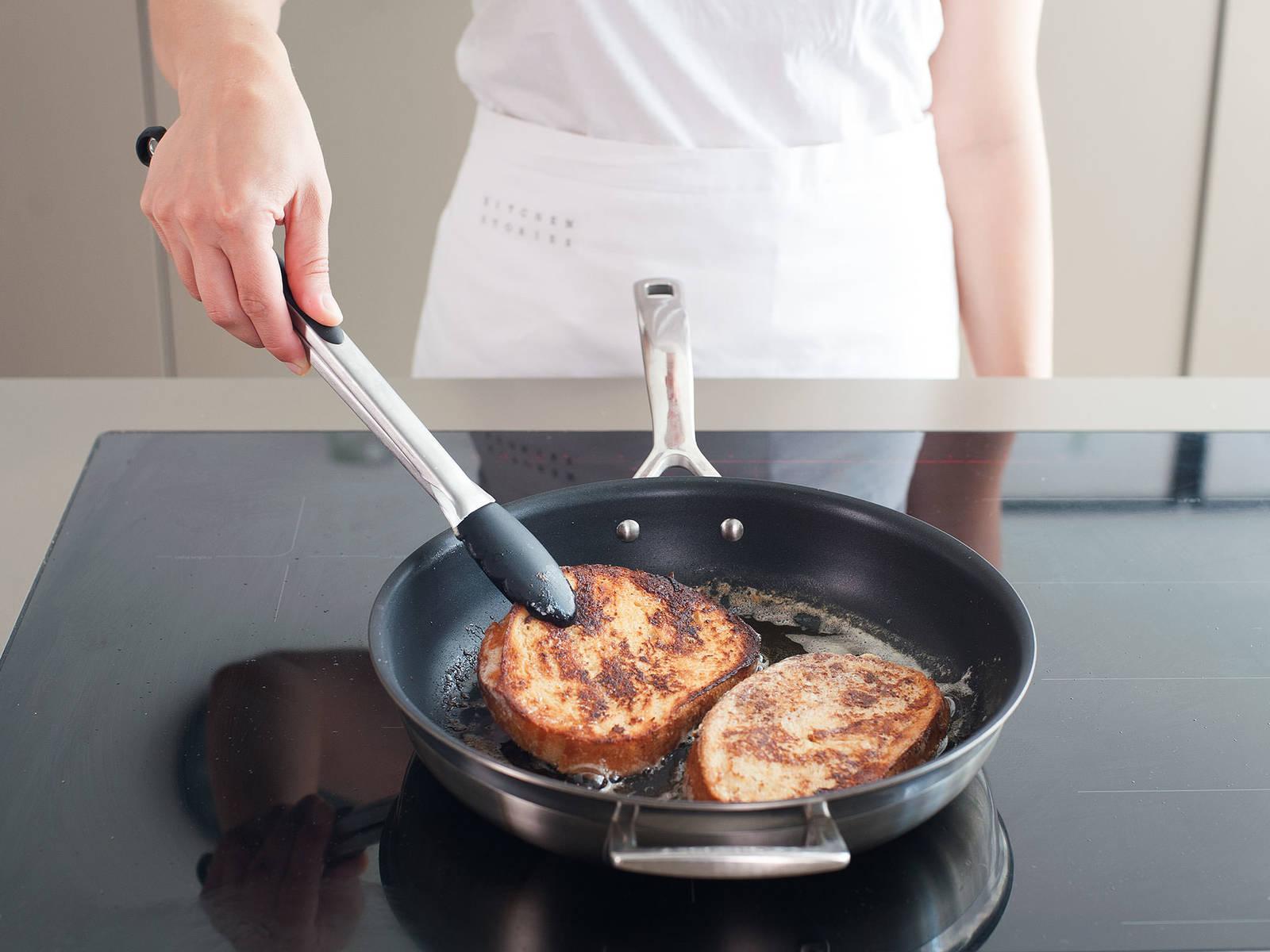 在煎锅中放入黄油,中温将吐司每面煎2-3分钟,至吐司两面呈金黄色。对角切开,佐以枫糖浆即可享用。