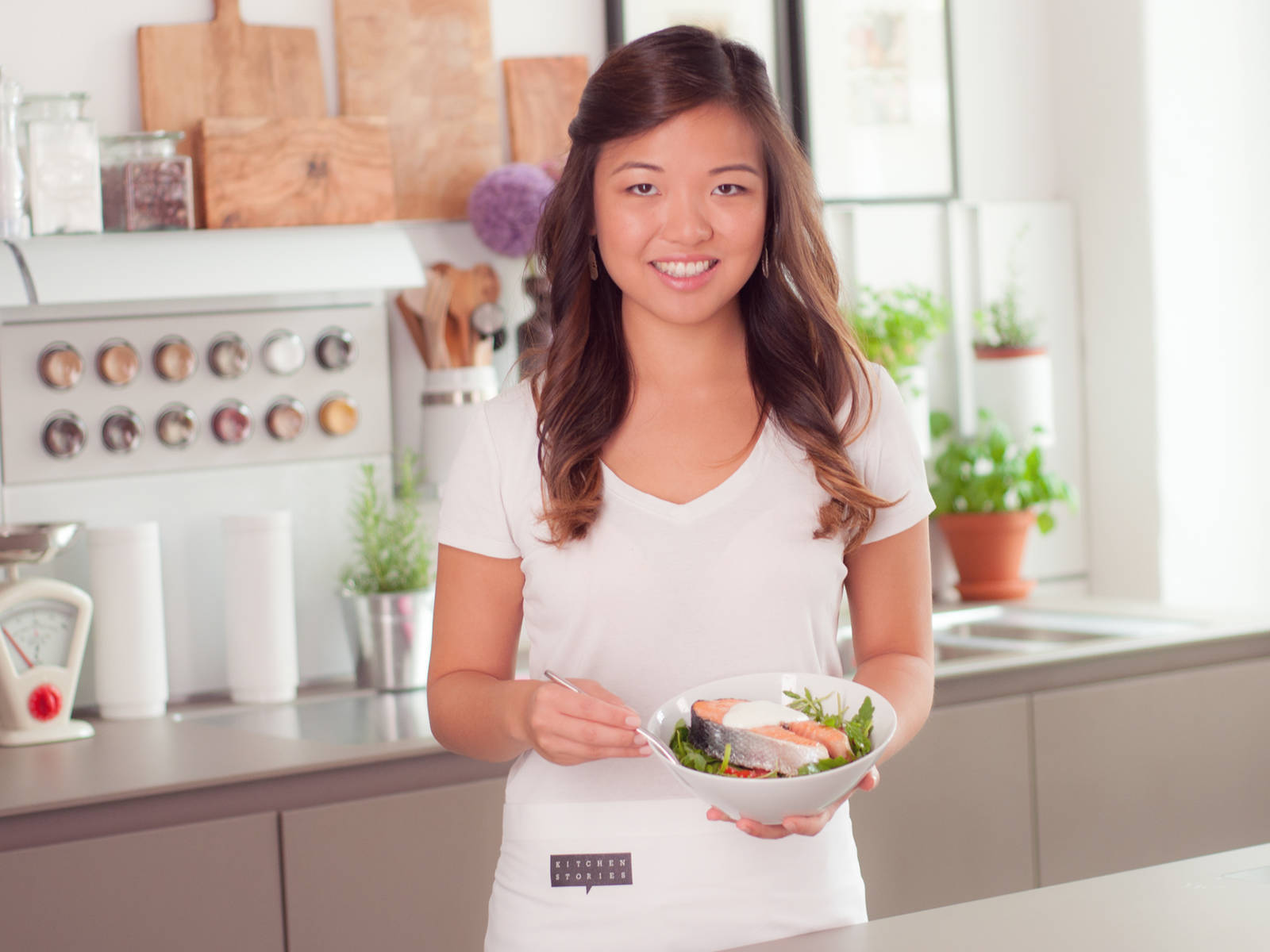 将樱桃番茄与嫩叶沙拉混合后换盛入餐碗中,摆上三文鱼排,浇上酸奶即可享用!