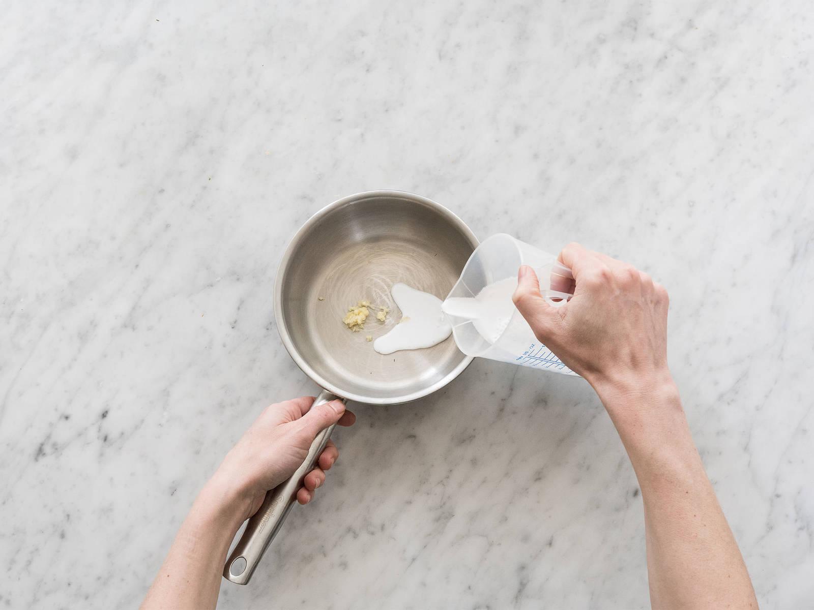 细切大蒜。在小锅中混合蒜、椰浆、酱油和糖。中火烧开,煮5-6分钟至酱汁变浓稠。在一个大煎锅中,烘芝麻1-2分钟至淡棕色。最后,用勺子将米饭捣松,加上鸡肉鲜蔬串,倒上椰香酱汁,用芝麻和葱花点缀,享用吧!