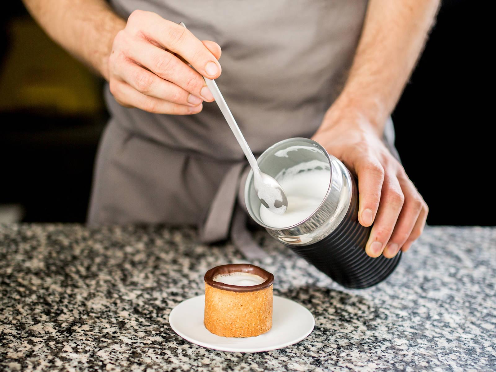 一旦巧克力稳定成型,就可以往杯子里倒咖啡了。如果你喜欢,还可以加上奶泡。尽情享用吧!