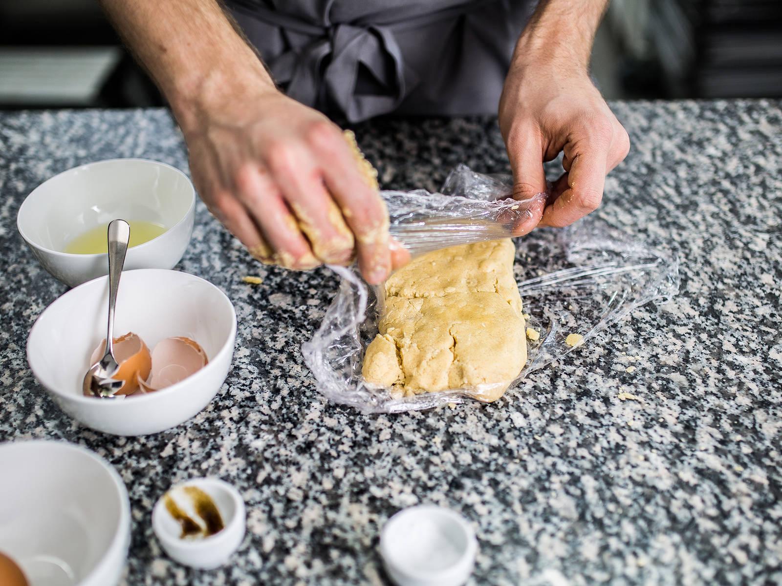 在搅拌碗中加入黄油、糖、蔗糖、盐、香草精华还有蛋黄,用手或者是用橡胶刮刀翻拌混合。加入面粉搓揉混合,揉至面团成型。