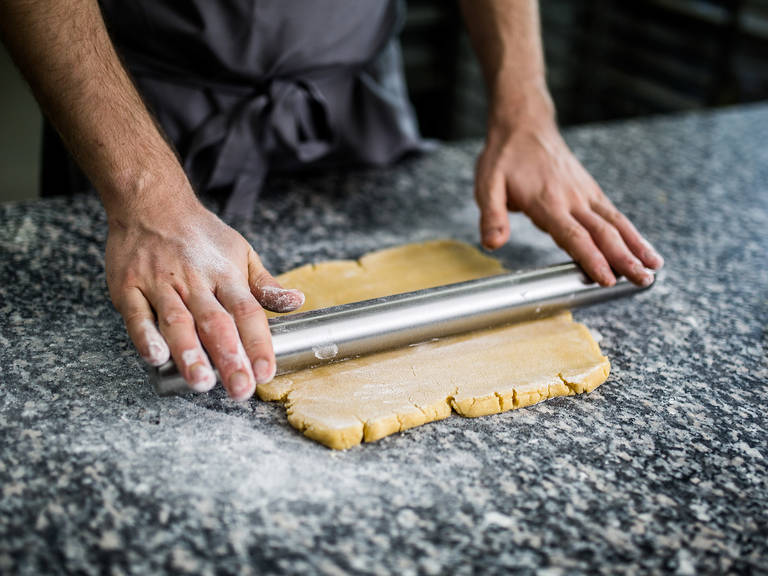 Arbeitsfläche leicht mit Mehl bestäuben und den Teig ca. 3 - 4 mm dick ausrollen. Ca. 6 cm breite und 19 cm lange Streifen ausschneiden. Restlichen Teig beiseitelegen.