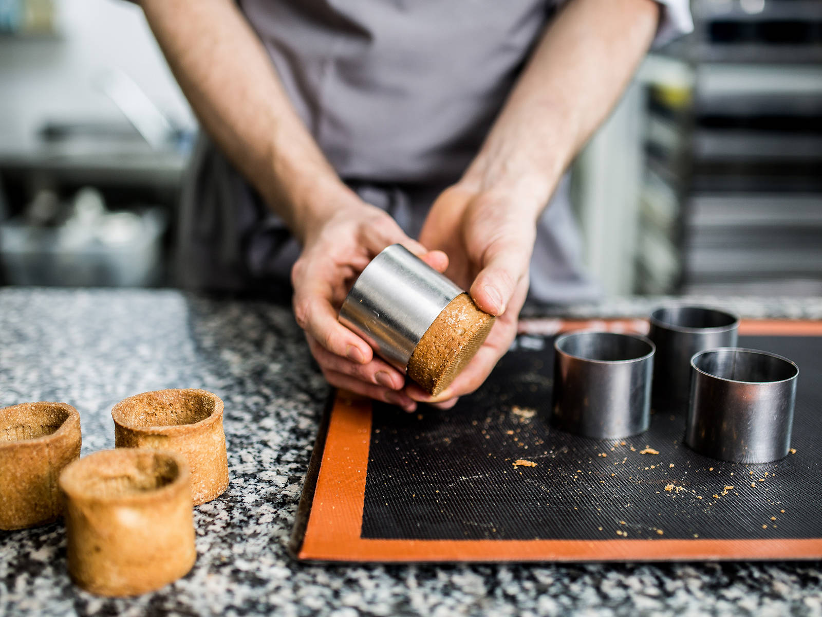 将模具放置在铺好烘培纸的烤盘上,放进冰箱冷藏约30分钟。同时180度预热烤箱。30分钟后,从冰箱拿出烤盘放入烤箱烤制约10分钟,然后将模具倒置,再次烤制约5-7分钟。从烤箱中取出烤盘,静置约10分钟。待其完全冷却,就可以从模具中取出你的曲奇杯子了