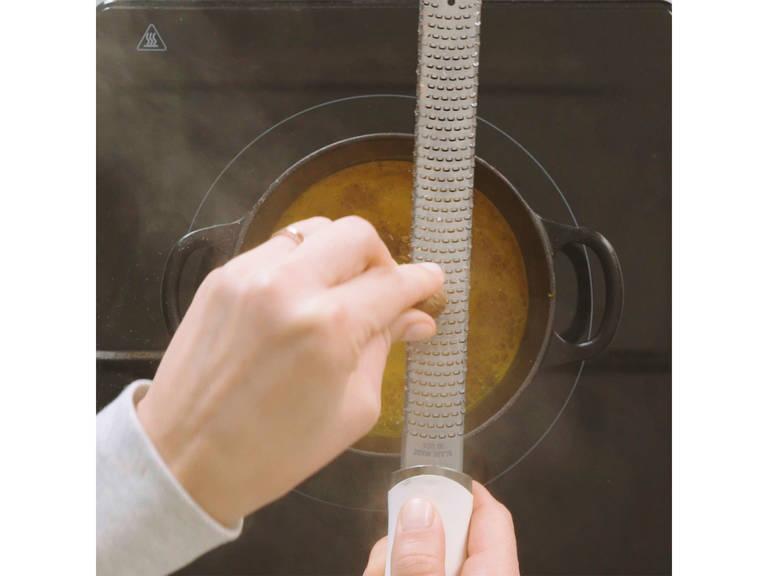 Wasser und Kurkuma in einem kleinen Topf auf mittlerer Hitze erwärmen. Ingwer fein reiben und langsam unterrühren. Dann geriebenen Muskat hinzugeben.