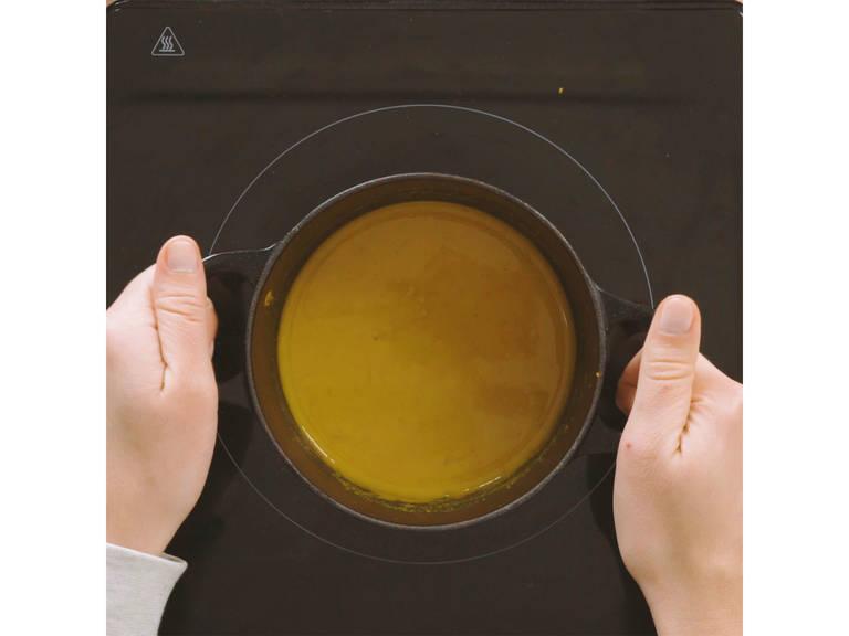 Das aromatisierte Wasser so lange einkochen bis es zu einer Paste reduziert. Dann Mandeldrink hinzugeben und so lange rühren, bis sich die Paste aufgelöst hat. Weitere ca. 2 Min. köcheln lassen, dann mit Honig nach Geschmack süßen und vom Herd nehmen.
