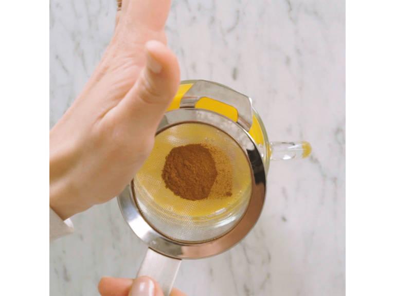 Zum Servieren in eine Tasse füllen und mit Zimt bestreuen. Guten Appetit!