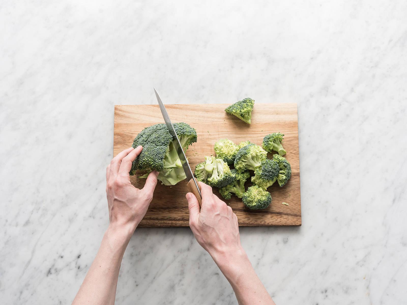 Brokkoli in mundgerechte Röschen schneiden. Großen Topf zur Hälfte mit gesalzenem Wasser füllen, aufkochen und Brokkoli ca. 2 – 3 Min. blanchieren. Abgießen und beiseitestellen.
