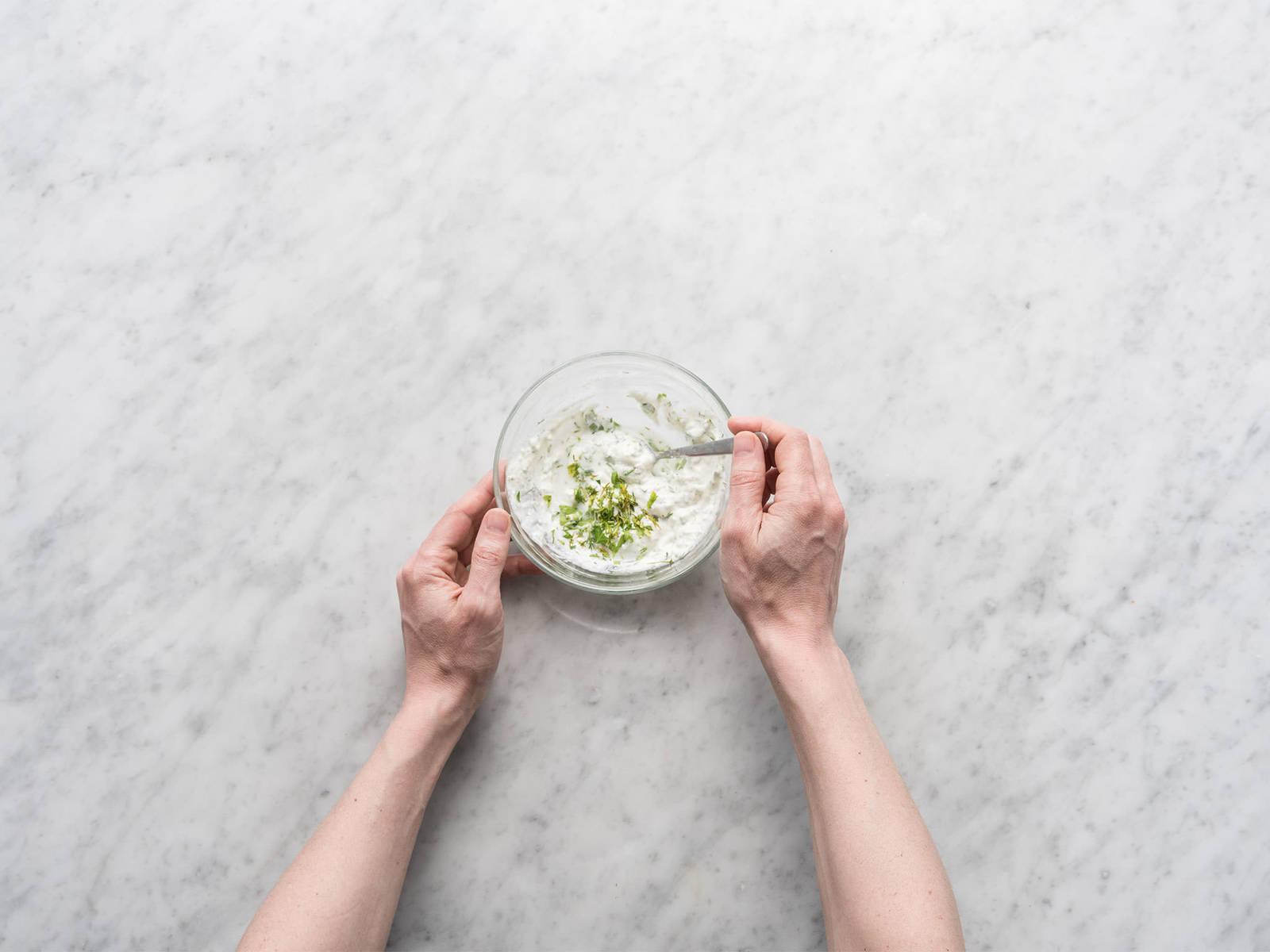 Crème fraiche, Dill, Kerbel, restlicher Zitronensaft und Wasser in einer kleinen Schüssel cremig rühren.