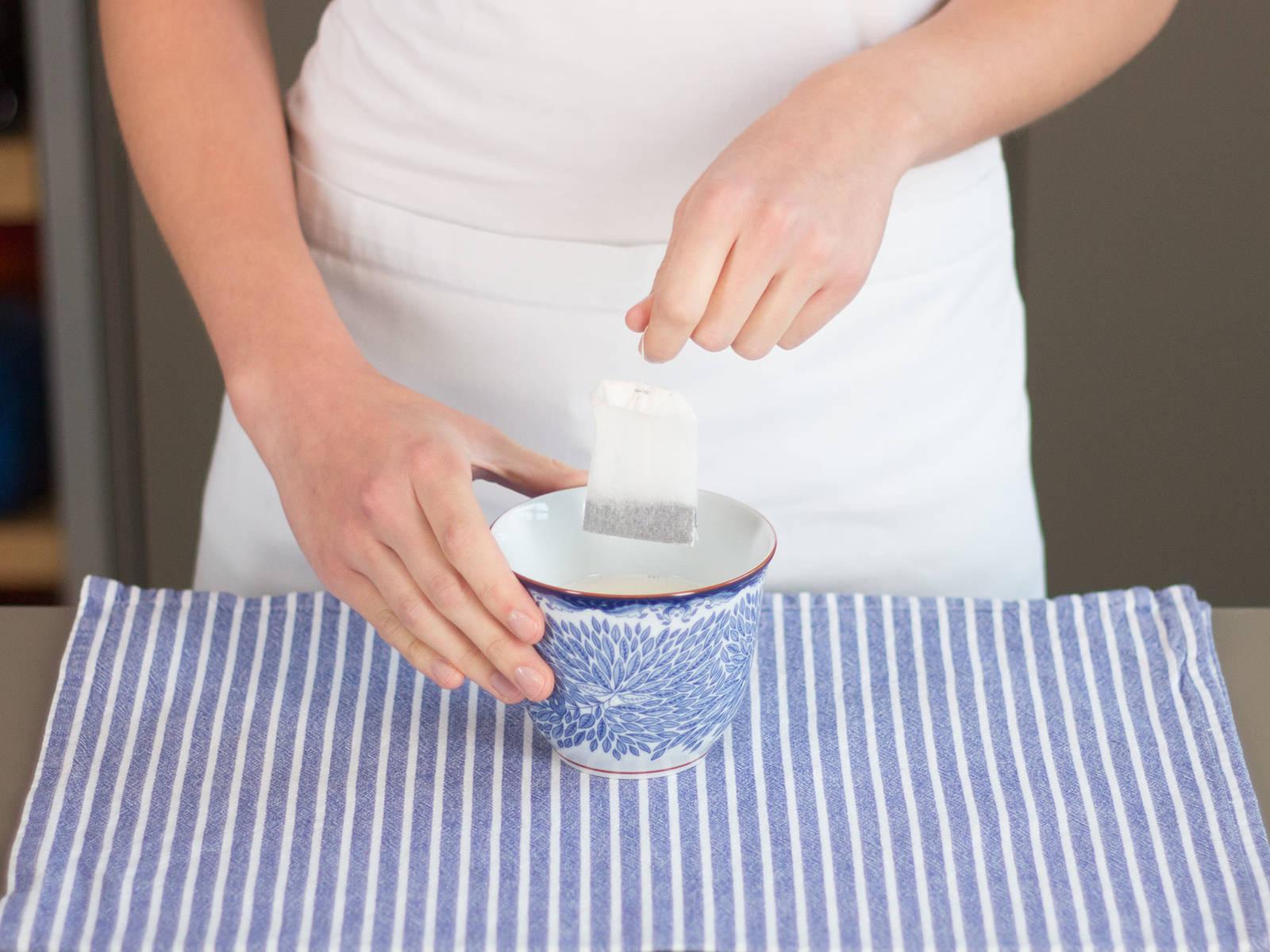 Vanillesirup in die Teetasse geben. Mit heißer Milch aufgießen, gut verrühren und Teebeutel darin ca. 1 – 2 Min. ziehen lassen.