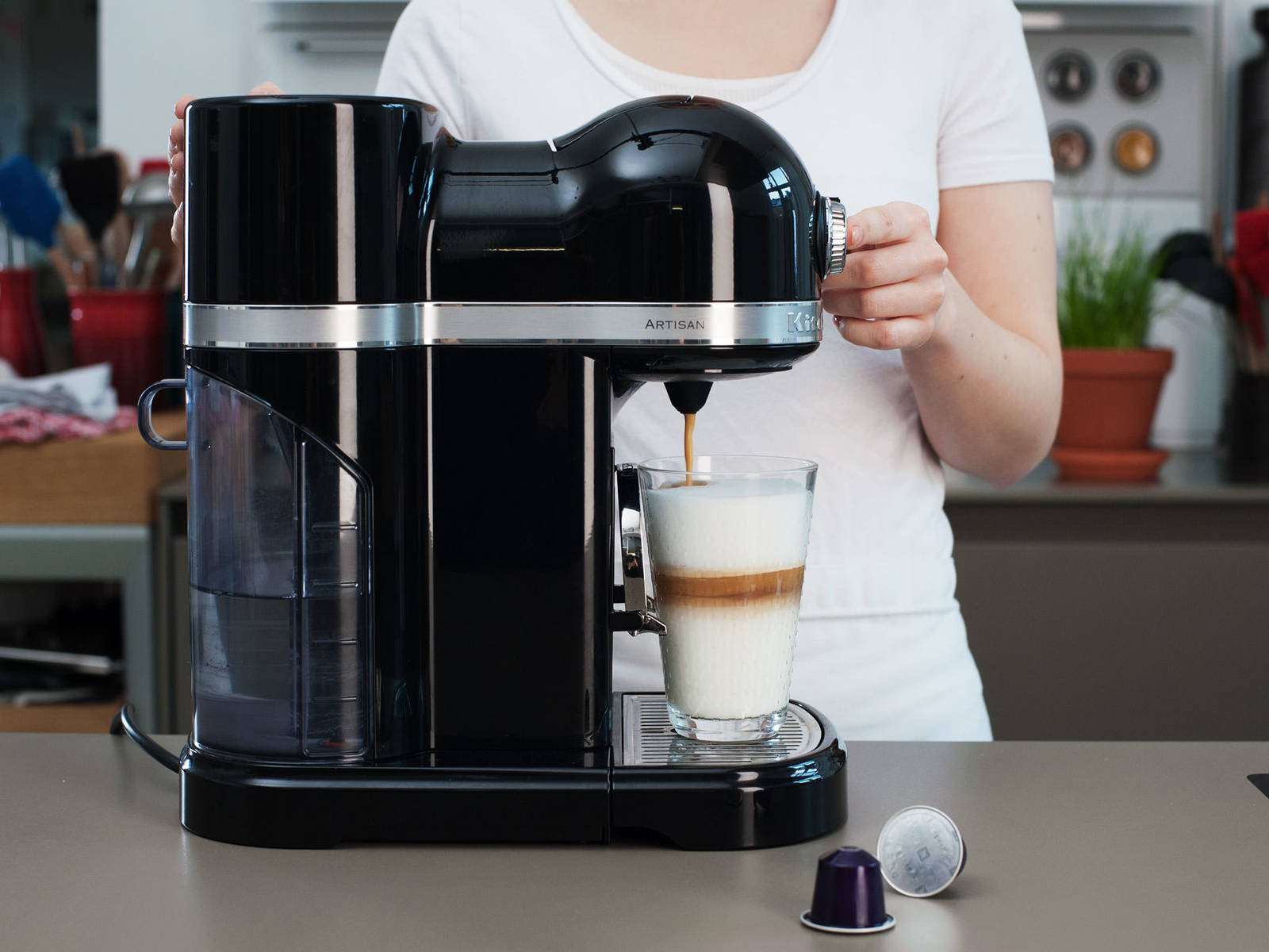 Für einen intensiven Espresso eine Nespresso Arpeggio Kapsel wählen. Einen Espresso-Shot ins Glas geben.