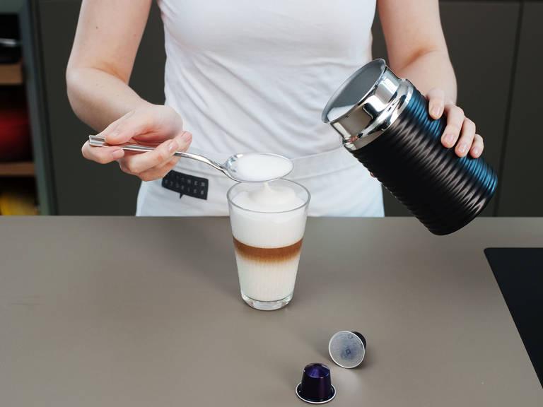 如喜欢奶泡,可向发泡机中加入更多牛奶,将奶泡覆盖在咖啡上即可享用!