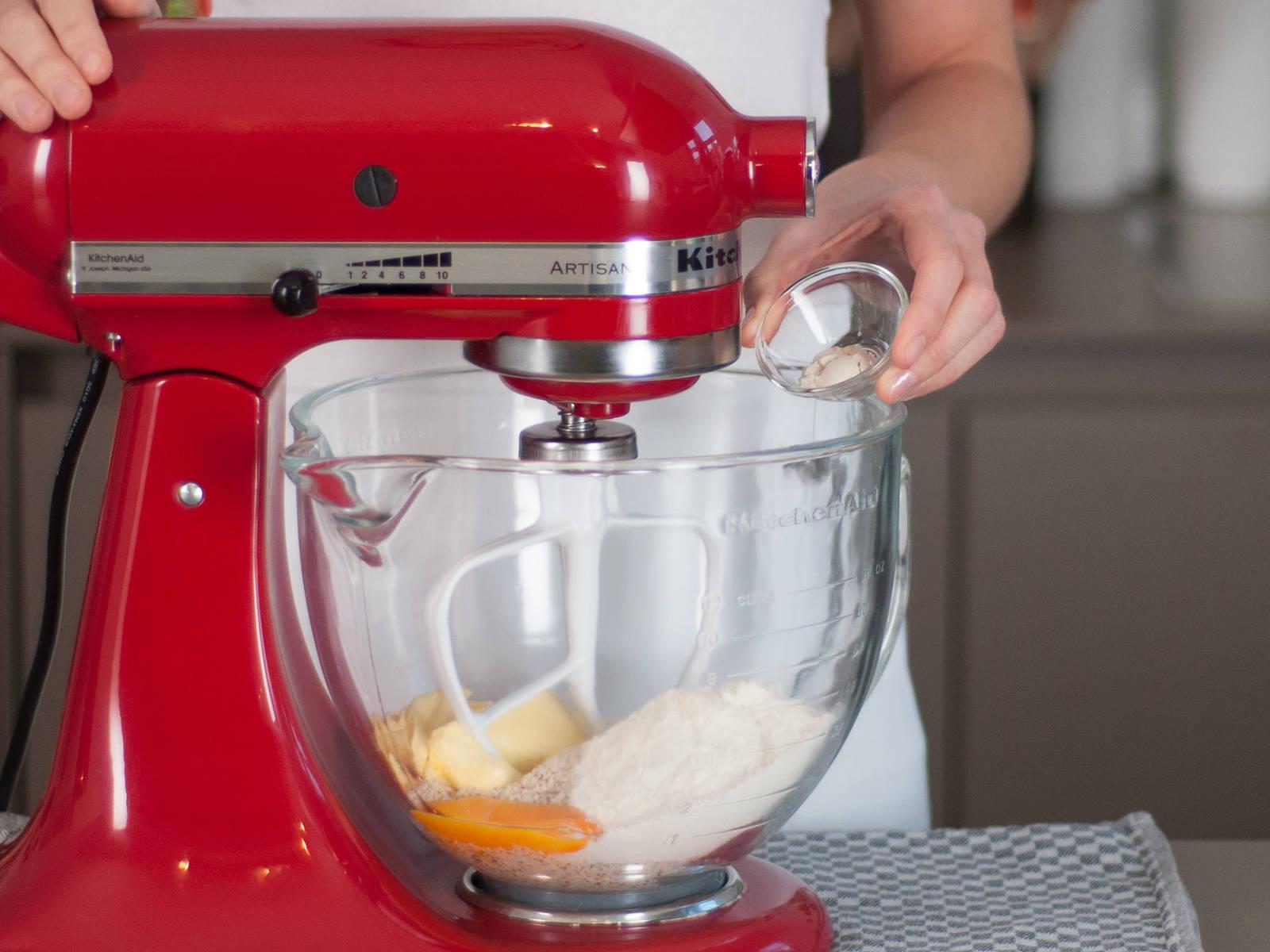 Backofen auf 170°C vorheizen. Gemahlene Mandeln, Proteinpulver, Eigelb, Süßstoff, Zitronensaft, Butter und Johannisbrotkernmehl in einen Standmixer geben und für ca.  2 – 3 Min. vermischen, bis alles gut vermengt ist.