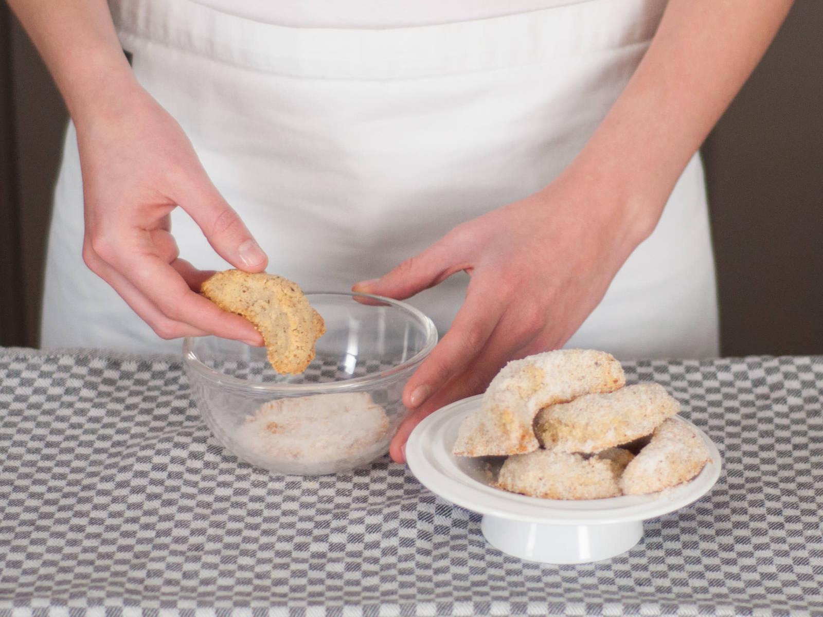Kipferl vorsichtig in Vanillezucker wenden, während sie noch warm sind. Guten Appetit!