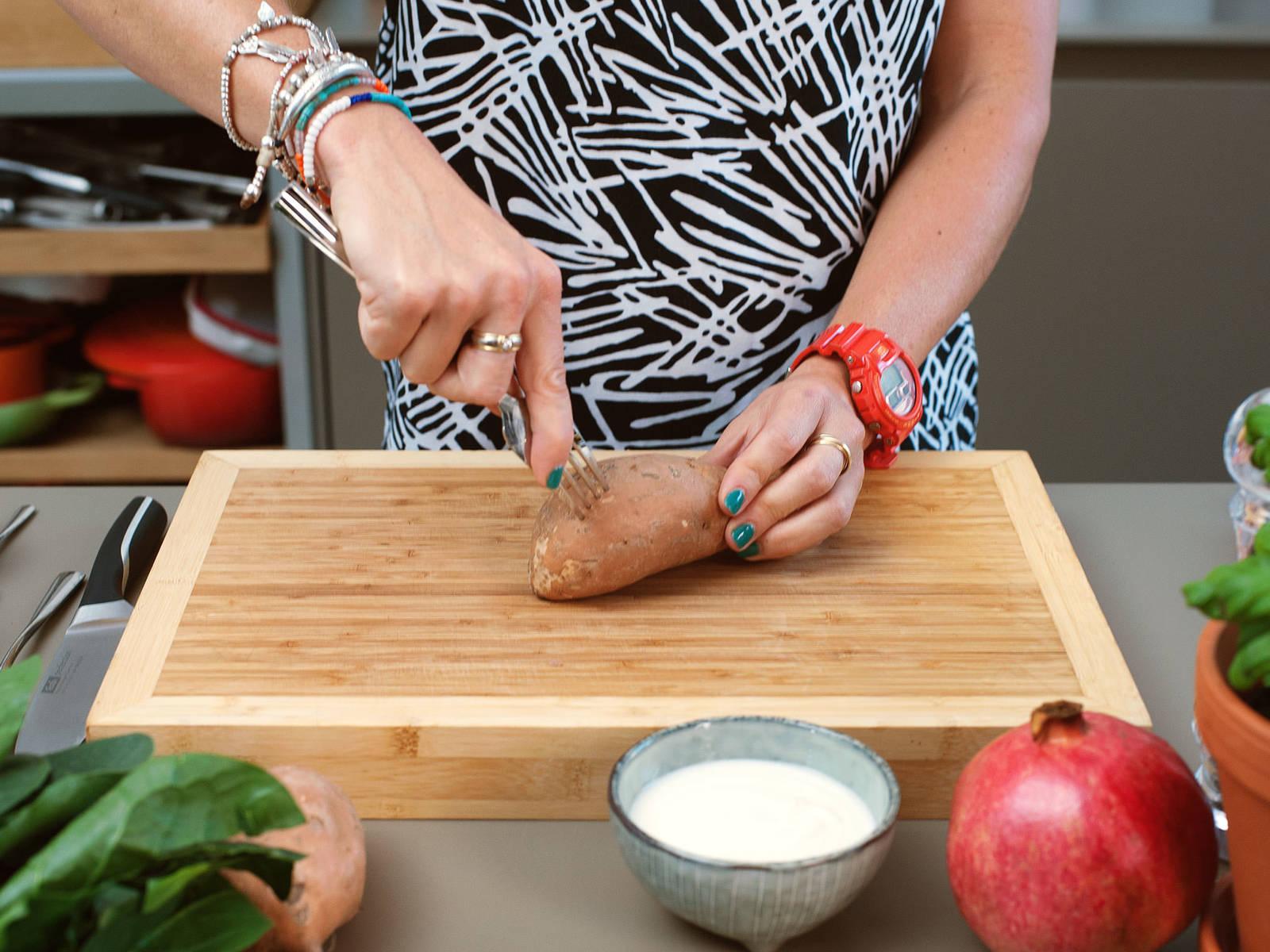 烤箱调到200°C预热。用叉子在每个红薯上转圈扎5-7次,然后放在垫有烤盘纸的烤盘上,放入200°C的烤箱里烘烤约45-60分钟后关闭烤箱电源,但红薯仍留在烤箱内备用。