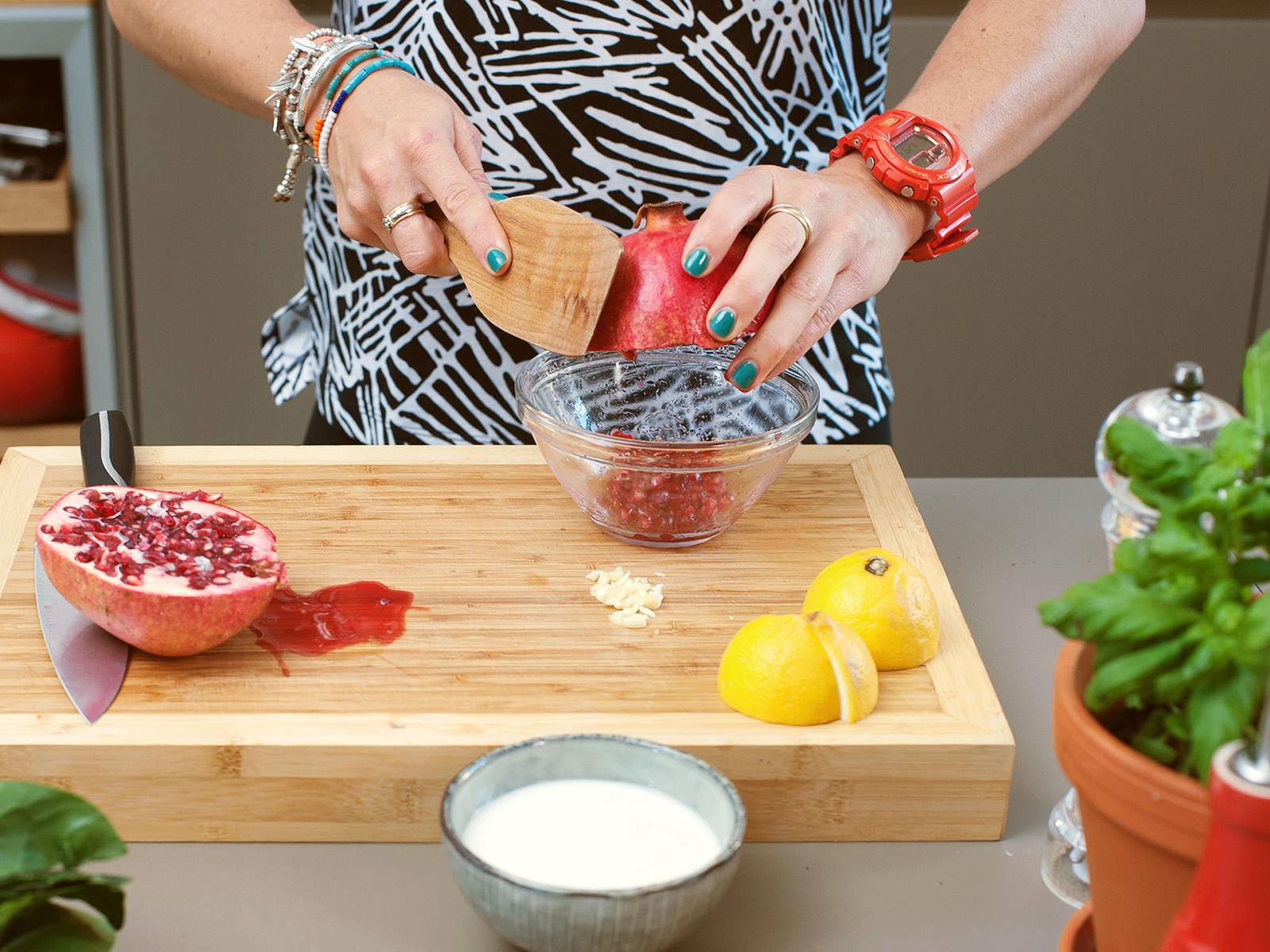 蒜切碎,柠檬切成4半,石榴切半,取出石榴籽。