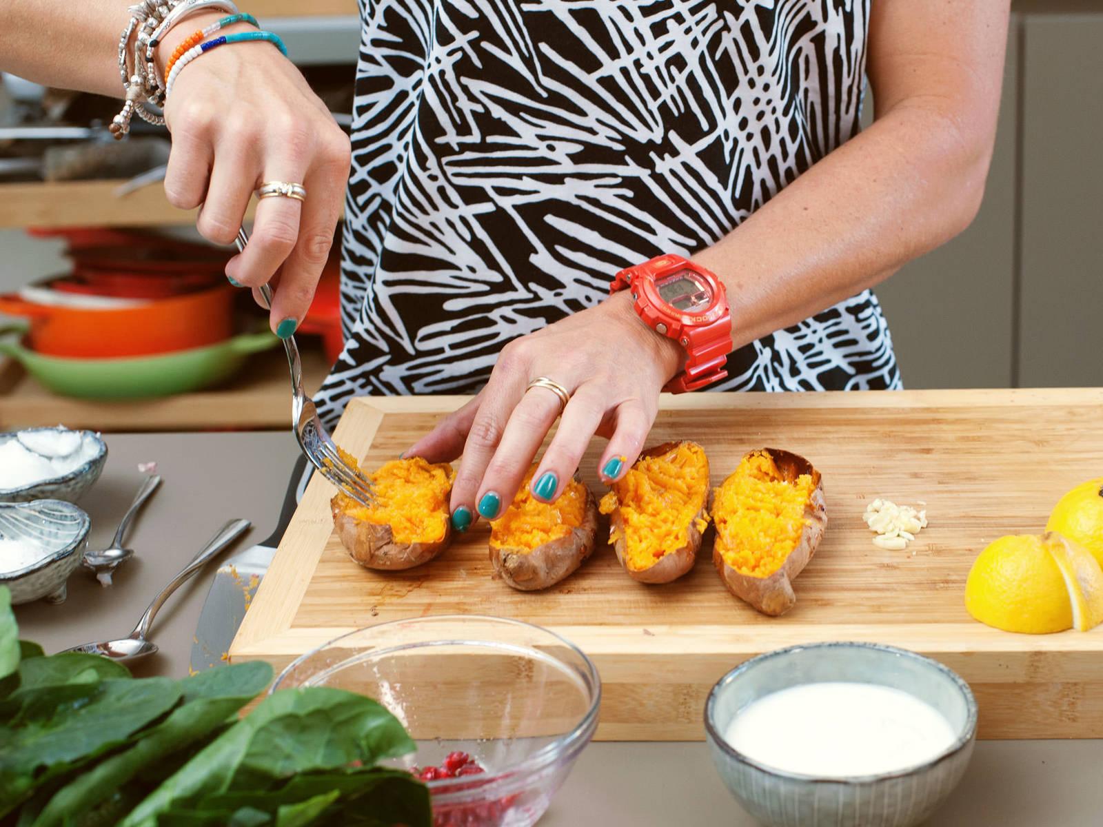 从烤箱中取出红薯并切半。将剩余的椰油分别涂在红薯上,再用叉子将红薯肉擦碎。