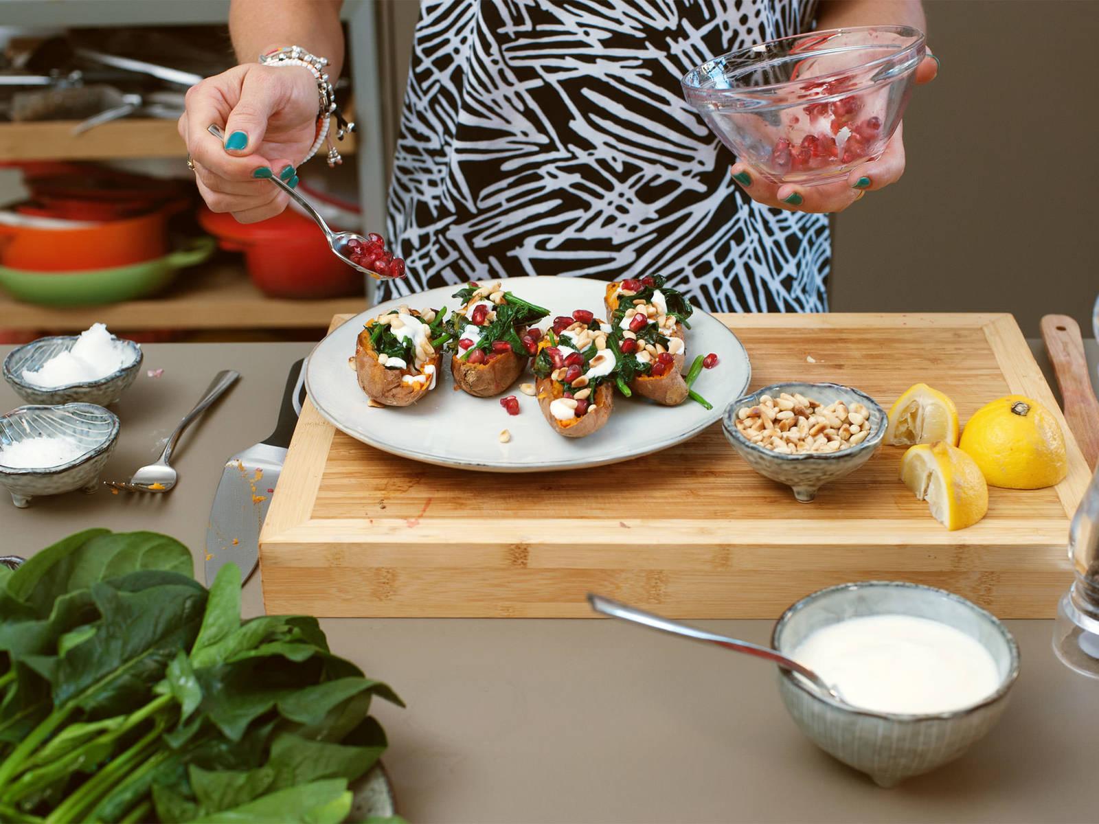 将菠菜松籽混合物分别放在红薯上,淋上柠檬汁,再浇上酸奶,然后用石榴籽点缀,按个人口味用胡椒和盐调味。