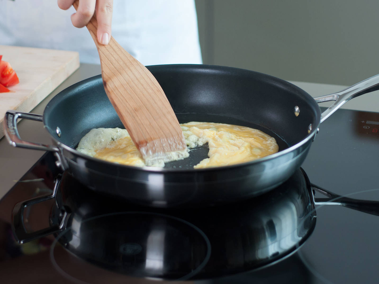 Beat eggs with a fork. Then heat some vegetable oil in a frying pan over high heat. Once oil is hot, pour in eggs and stir quickly. Continue to cook until eggs are set, then transfer eggs to a plate and set aside.