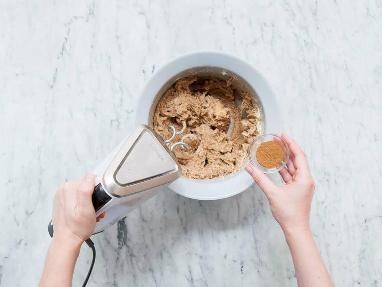 Butter, Zucker und Marzipan-Rohmasse in eine Schüssel geben und vermengen. Ei, gemahlenen Zimt, Kardamom, Nelken, Muskat und Salz dazugeben und in den Teig einarbeiten. Mehl in die Schüssel sieben und nochmals zu einem glatten Teig vermengen. In Frischhaltefolie wickeln und ca. 2 Stunden im Kühlschrank ruhen lassen.