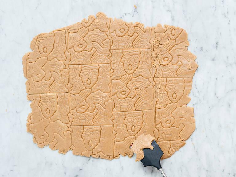 Den Teig auf einer Silikon Backmatte oder zwischen zwei Frischhaltefolien ca. 0.5 cm dick ausrollen. Mit Keksausstechern oder einer Spekulatiuswalze Kekse ausstechen und auf die vorbereiteten Backbleche legen. Bei 190°C ca. 10 Min. goldbraun backen. Aus dem Backofen nehmen und auf einem Kuchengitter auskühlen lassen. Guten Appetit!