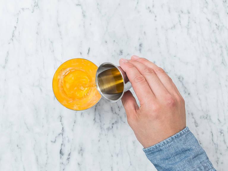 Ingwer in Scheiben schneiden. Ingwerscheiben in einen Cocktailshaker geben und kräftig mit einem Stößel zerdrücken. Honig, Limettensaft, Zuckersirup und Rum dazugeben und verrühren bis sich der Honig auflöst.