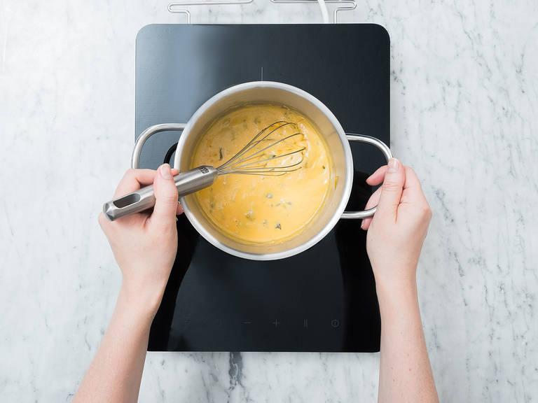将些许墨西哥辣椒切丁,切达芝士擦屑。将芝士和玉米淀粉放到一个小平底锅中,搅拌混合。倒入炼奶和萨尔萨皮肯特沙司。一边加热,一边搅拌,直至芝士融化。拌入辣椒丁,然后关火取下。