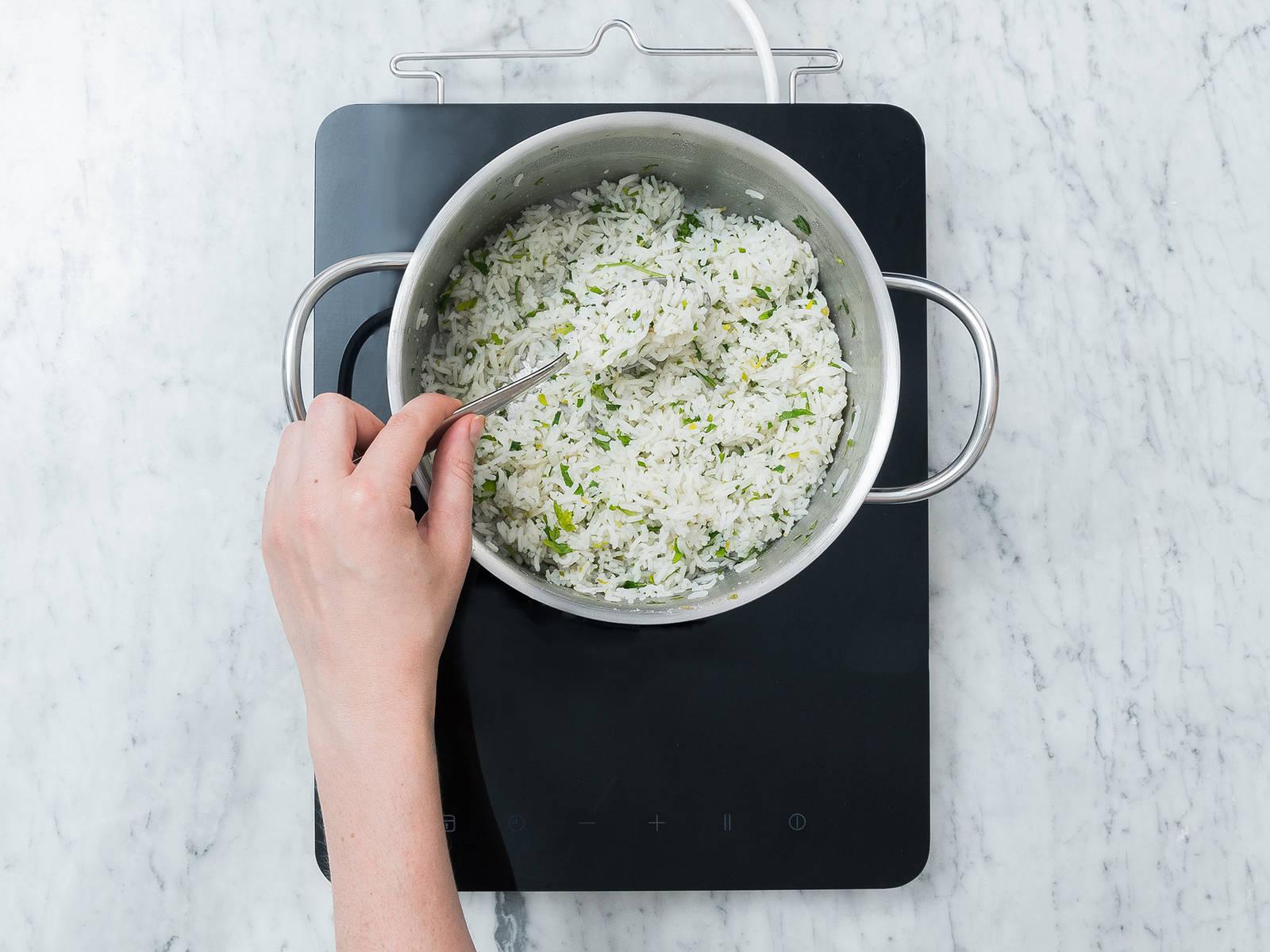 欧芹剁碎。将印度香米和水一同放入中号平底锅中,加盐。煮沸,然后调小火,煮20分钟,或直至煮熟。加入青柠皮碎、青柠汁和欧芹末,搅拌混合。