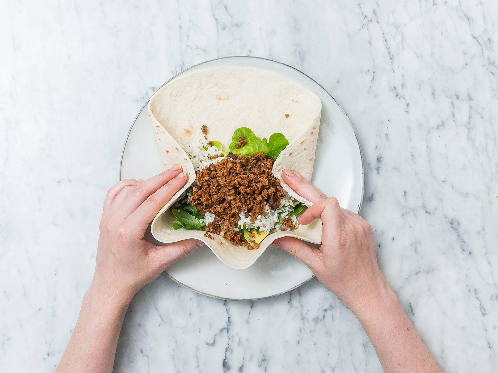 牛油果去核切片。在每片全麦玉米饼上放上生菜、牛油果片、香菜、青柠米饭、黑豆混合物和炒肉末。卷好,佐红萨尔萨酱享用。祝好胃口!