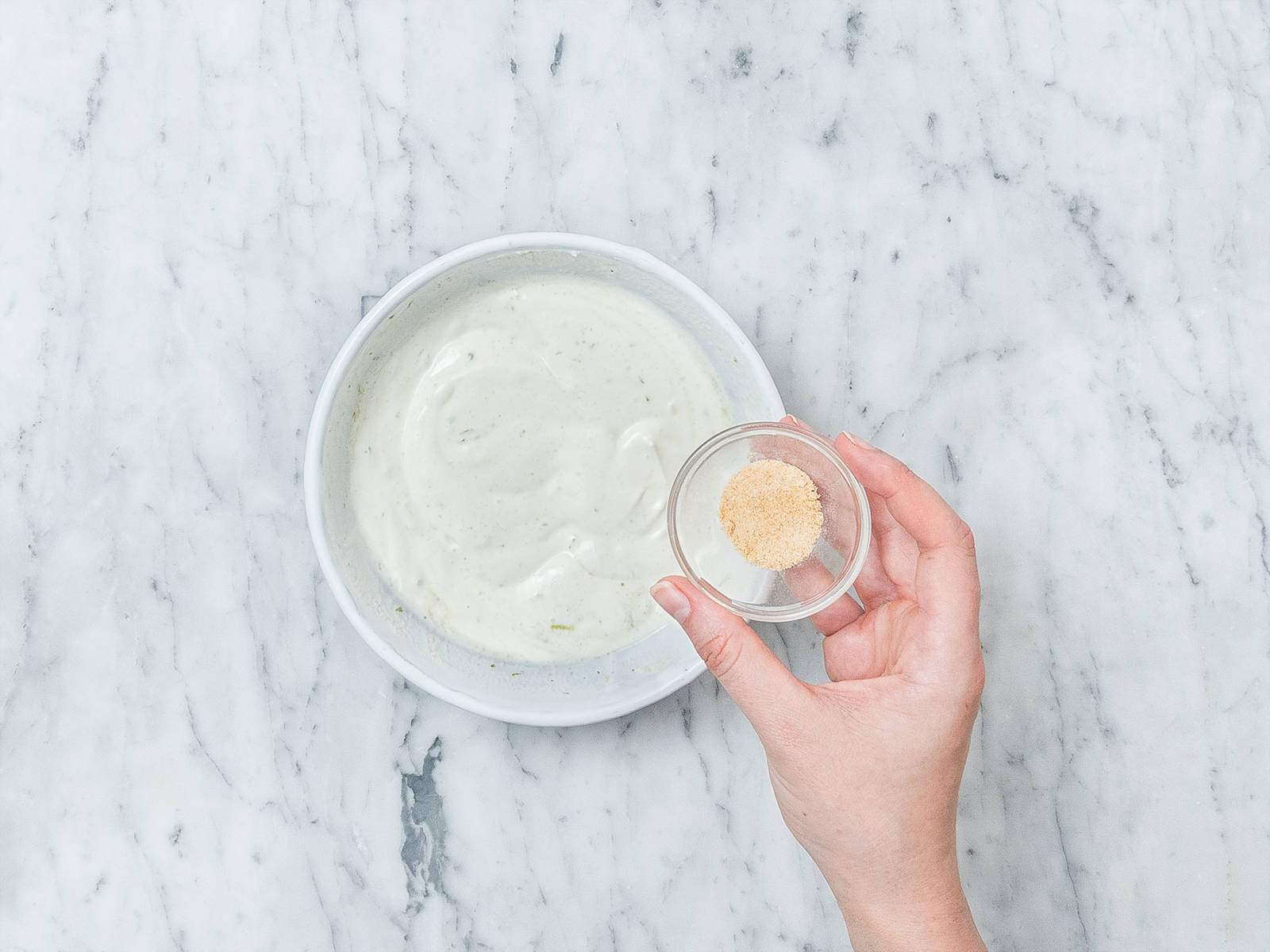 Griechischen Joghurt, Limettenabrieb, Limettensaft und Knoblauchpulver in einer kleinen Schüssel vermengen. Beiseitestellen.