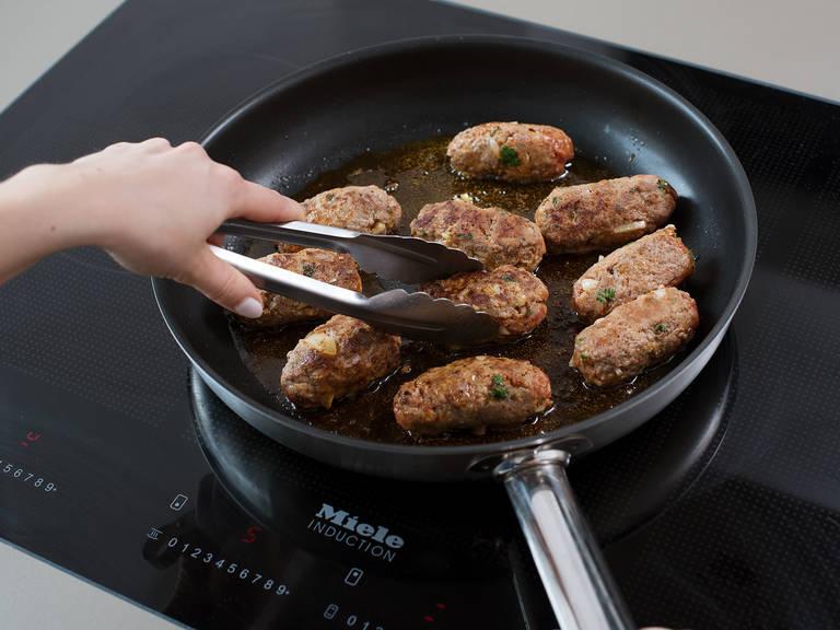 Kurz bevor das Ofengemüse fertig ist, Öl in einer Pfanne über mittlerer bis hoher Hitze erwärmen. Die Fleischröllchen unter Wenden ca. 5 - 7 Min. anbraten bis sie rundum gebräunt und durchgegart sind. Mit Ofengemüse, Ajvar und Joghurt servieren. Guten Appetit!