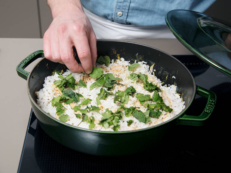 Mix saffron and milk. Pour over rice. Garnish with mint and cilantro. Season with salt and enjoy!