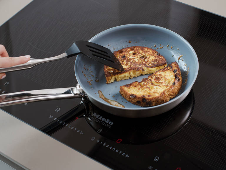 In a frying pan, melt butter over medium heat, and fry panettone for approx. 3 min. on each side, or until golden brown.