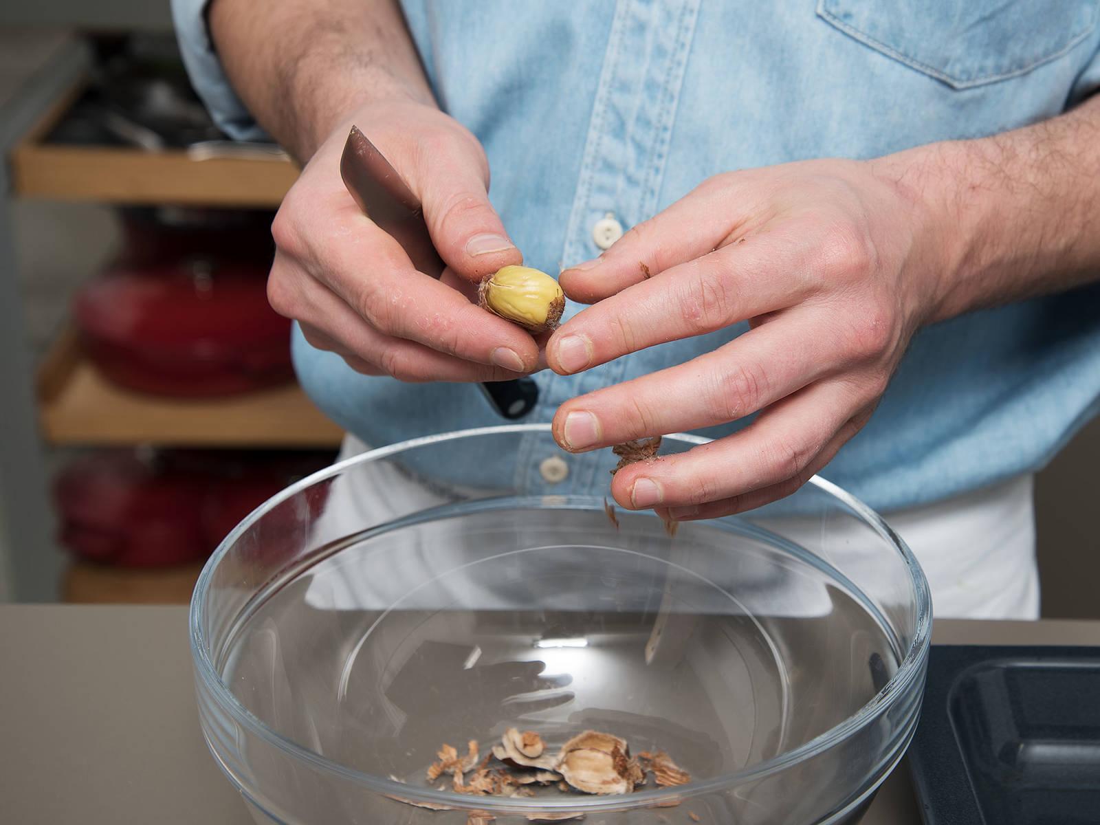 Kastanien aus dem Backofen nehmen und ca. 5 Min. abkühlen lassen. Anschließend die Schalen ablösen.