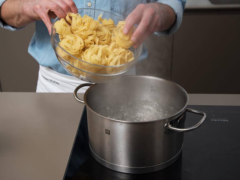 Pasta in einen großen Topf mit Salzwasser geben und nach Packungsanleitung al dente kochen.