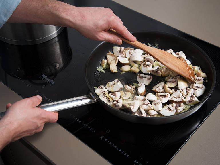 Olivenöl in einer Pfanne auf mittlerer bis hoher Stufe erhitzen. Zwiebeln und Knoblauch zugeben und glasig anbraten. Pilze hinzugeben und für ca. 5 Min. braten. Mit Salz abschmecken. Gehackte Kastanien zugeben und für ca. 3 Min. in der Pfanne garen.