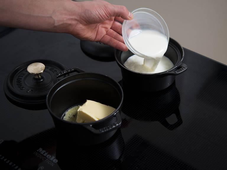 Milch und Wasser in einem kleinen Topf bei niedriger bis mittlerer Hitze erwärmen. Hefe zugeben und verrühren. Butter in einem weiteren kleinen Topf bei mittlerer bis hoher Hitze erwärmen. Mehl und Salz in eine große Schüssel geben und in der Mitte eine Mulde formen.