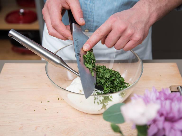 Granatapfel halbieren, entkernen und beiseitestellen. Knoblauch fein hacken und beiseitestellen. Minze fein hacken. Joghurt in einer Schüssel mit gehackter Minze und Kreuzkümmel vermengen. Mit Salz und Zucker abschmecken.