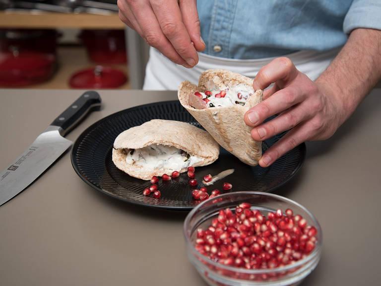 Pitabrote aus dem Ofen nehmen und mit Joghurtsoße, Granatapfelkernen, gerösteten Pistazien und Lammfiletscheiben füllen. Sofort genießen!