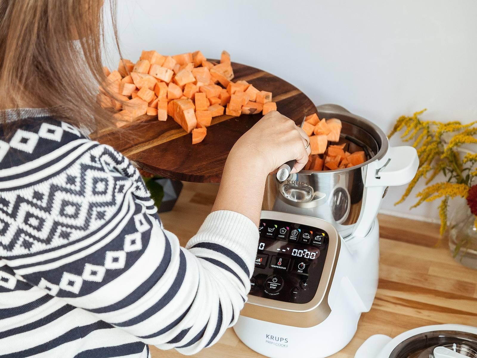 Für das Püree Süßkartoffeln schälen und würfeln. Restlichen Knoblauch schälen und grob hacken. Wasser in die Schüssel des Prep&Cook geben und Dampfgareinsatz aufsetzen. Gewürfelte Süßkartoffeln und Knoblauch hineingeben, abdecken und mit dem Dampfgarprogramm ca. 25 - 30 Min. garen.