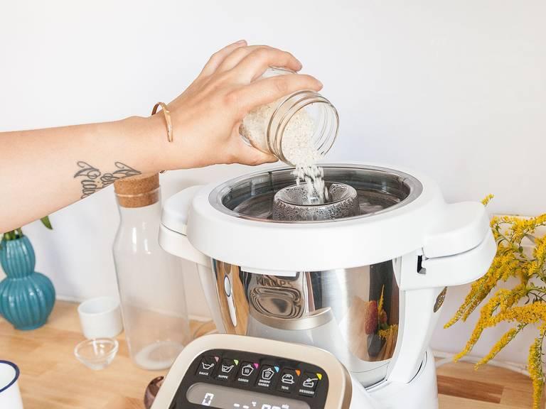 Rundkornreis zugeben und auf Stufe 1 bei 95°C für ca. 30 Min. kochen.
