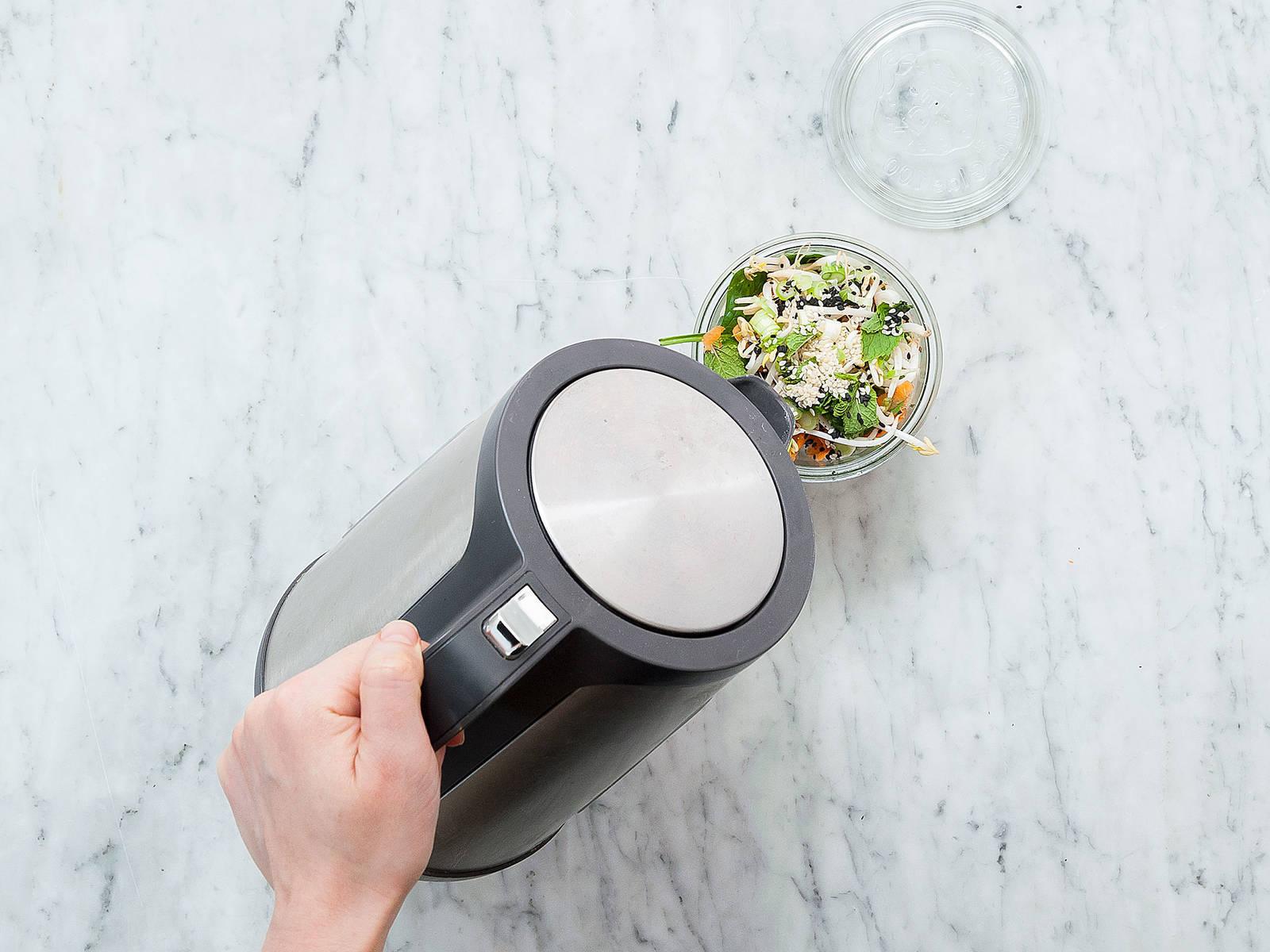 Kurz vor dem Servieren das Glas mit heißem Wasser auffüllen bis alle Zutaten bedeckt sind. Ca. 5 Min. ziehen lassen und anschließend vorsichtig umrühren um Soße, Reisnudeln und Gemüse zu vermengen. Guten Appetit!