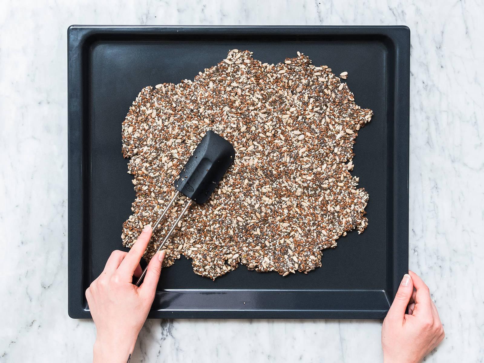 将混合物倒在铺好烘焙纸的烤盘上,用橡胶刮刀抹匀。放到烤箱中层,以150℃烤30分钟。