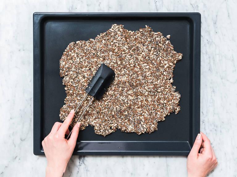 Die Mischung auf einem Backblech verteilen und glatt streichen. Bei 150°C ca. 30 Min. auf der mittleren Ebene backen.