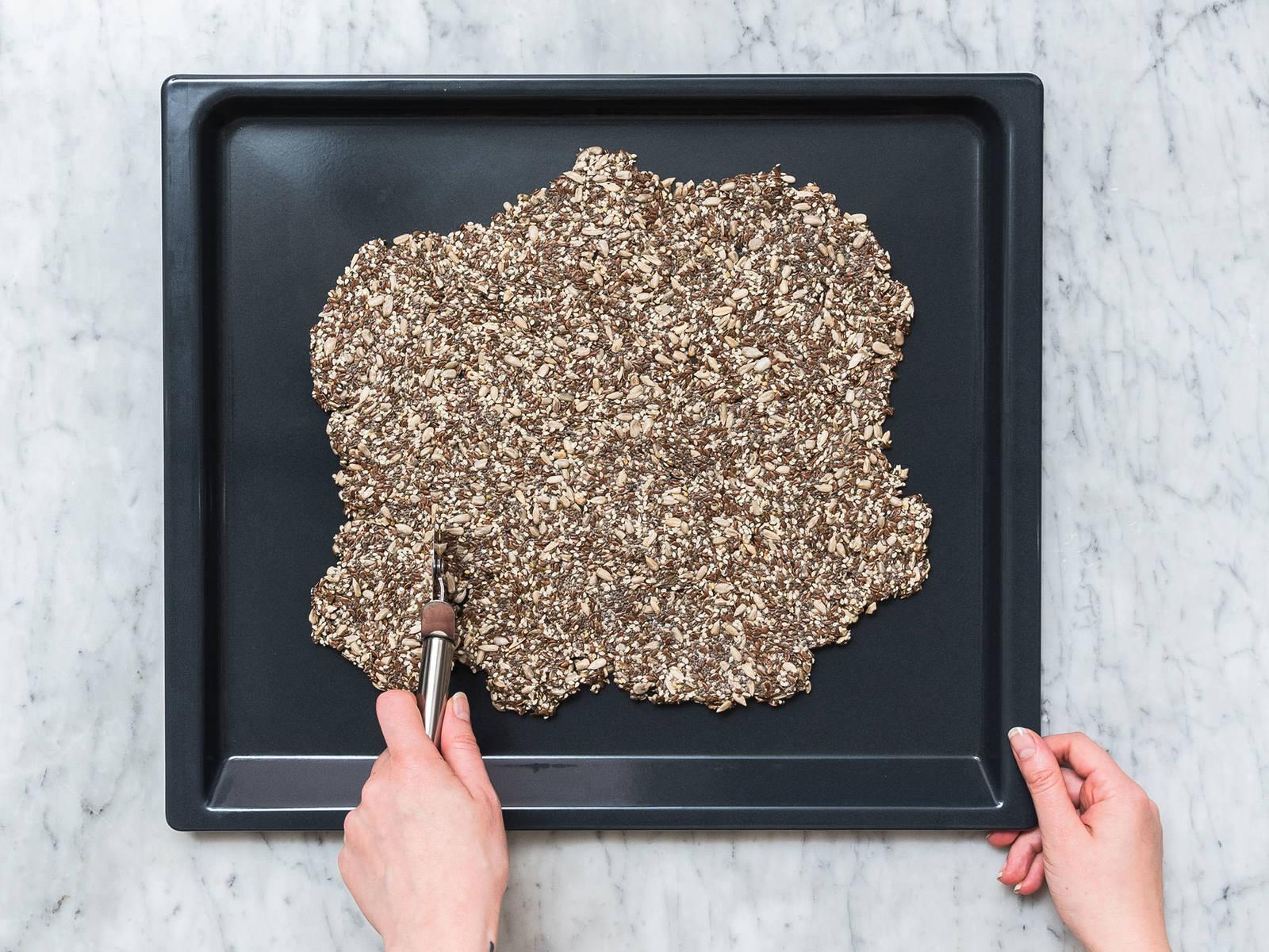 从烤箱中取出,切成大小均匀的小块。将饼干翻面,放回烤箱再烤25分钟,直至饼干边缘变成金棕色。这些脆饼可作为零食单独享用,或蘸取蘸酱、搭配沙拉,祝好胃口!