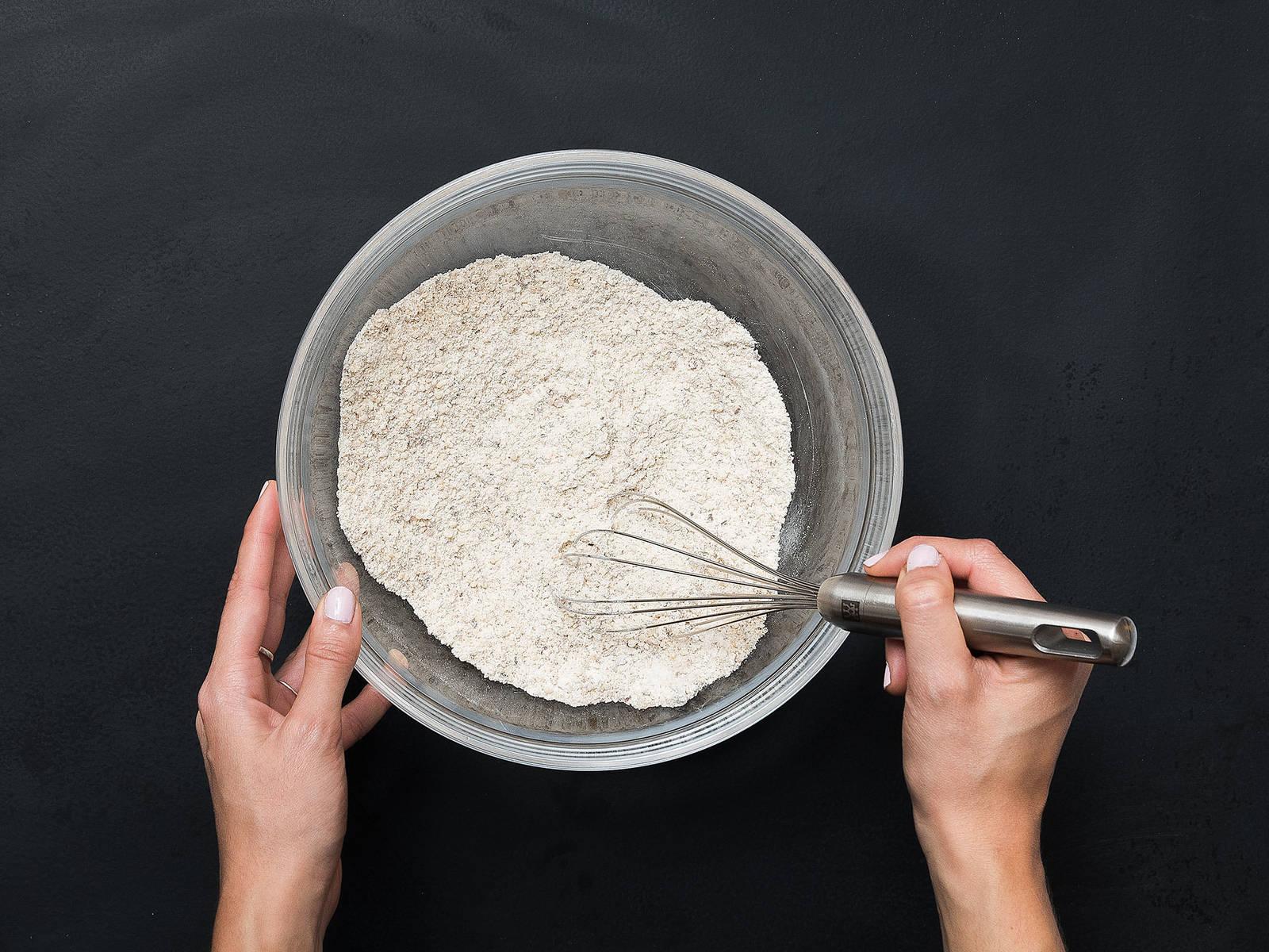 Gemahlene Haselnüsse, Mehl und Backpulver in einer großen Schüssel vermengen.