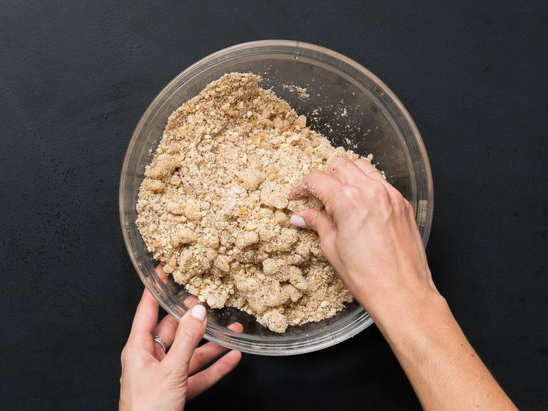 Backofen auf 160°C vorheizen. Marzipan klein schneiden und in eine große Schüssel geben. Orangeat, Zitronat, gemahlene Mandeln, gemahlene Haselnüsse und gehackte Mandeln dazugeben und vermengen.