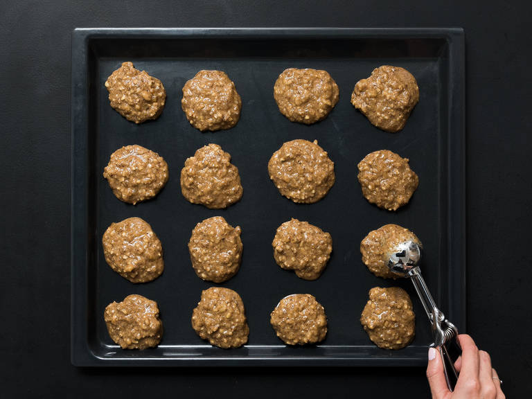 Spread the baking wafers over a baking sheet covered with parchment paper. With an ice cream scoop, distribute the batter onto the baking wafers. Transfer to the oven at 160°C/325°F for approx. 20 min. until gingerbread are a light brown color. Set aside to cool.