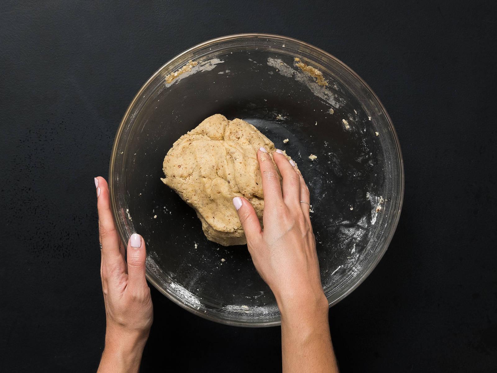 将面粉、糖粉、香草糖、盐和榛子粉放入大搅拌碗中,搅拌2分钟,直至充分混合。将黄油块和鸡蛋放入面粉混合物中,揉5分钟,直至形成柔滑面团。用塑料膜将面团裹起,冷藏60分钟。